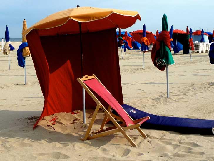 La plage de Deauville et ses célèbres parasols