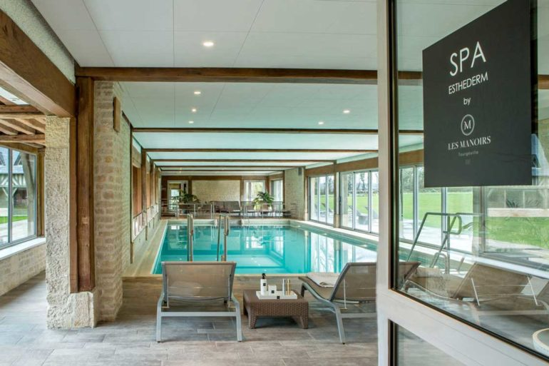 La piscine chauffée des Manoirs de Tourgéville