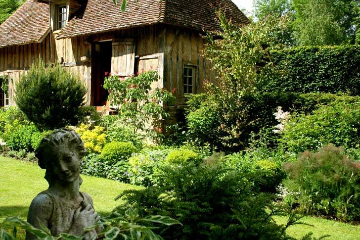 Normandie, jardin et maison à colombages en pays d'Auge