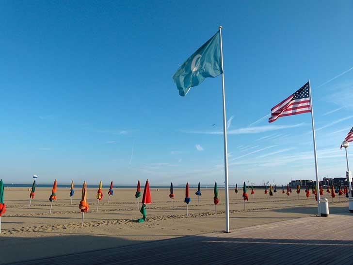 La plage et les drapeaux au Festival du Cinéma Américain de Deauville