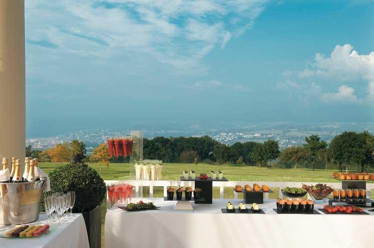 Calme et tranquillité absolue à l'Hôtel du Golf Barrière - Deauville, avec des salles de réunions ouvertes sur la mer