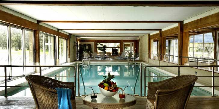 La piscine des Manoirs de Tourgéville près de Deauville