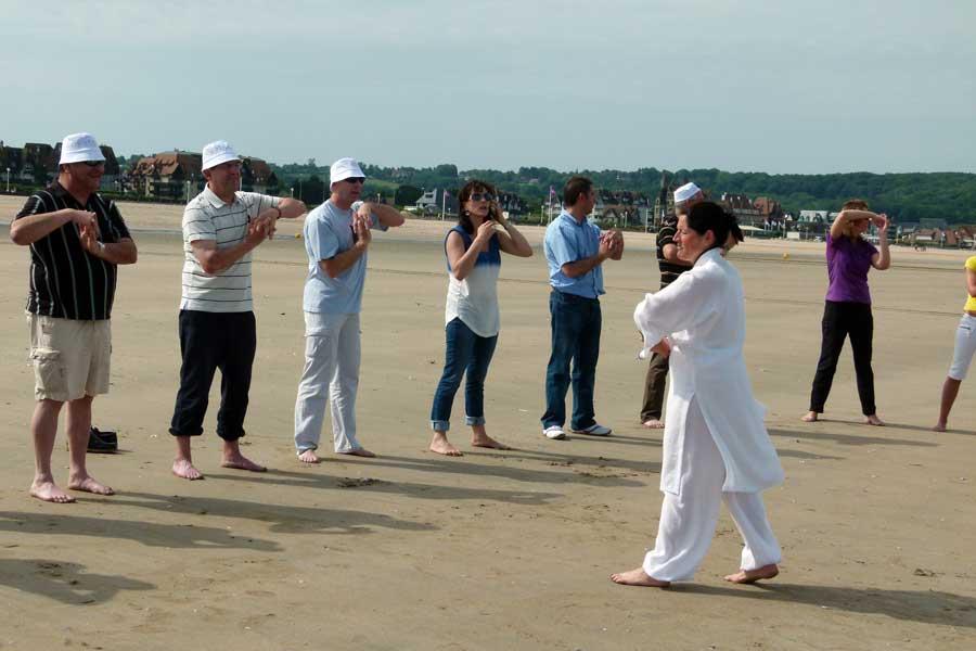 Activité tai-chi sur la plage de Deauville