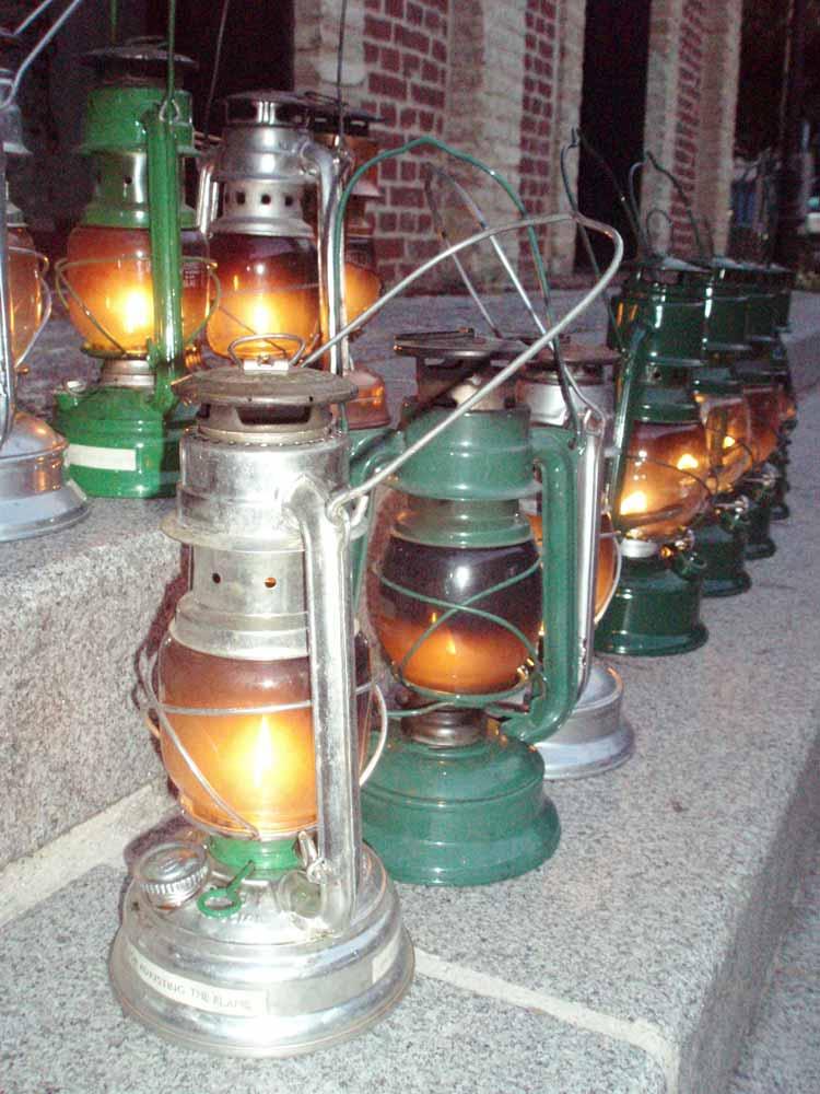 Visite de nuit du vieux Honfleur avec des lampes tempête