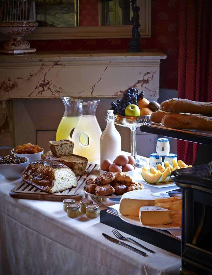 Buffet du petit déjeuner de l'hôtel-restaurant Le Domaine Saint Clair à Étretat
