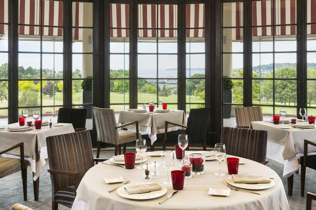 Table dressée - Le Lassay avec vue sur le golf à L'Hôtel du Golf Deauville
