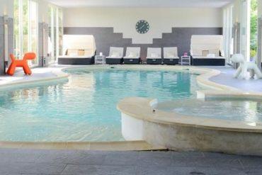 La piscine chauffée du Manoir de la Poterie, hôtel & spa 4 étoiles