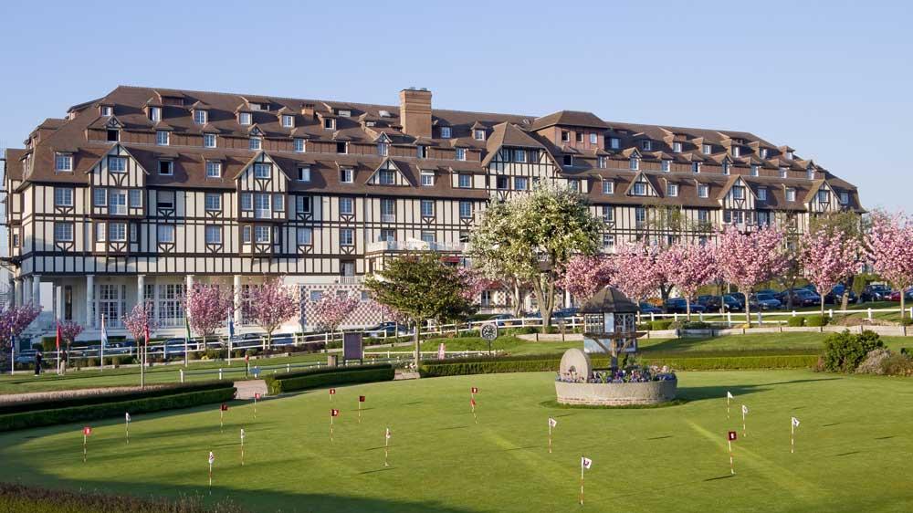 Hôtel du Golf Barrière Deauville - Façade / Parc / Practice