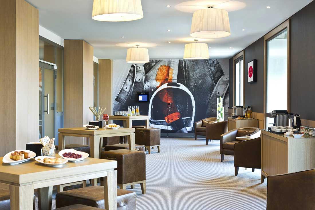Mignardises à disposition des clients dans le salon Le Paddock - Hôtel Barrière L'Hôtel du Golf Deauville