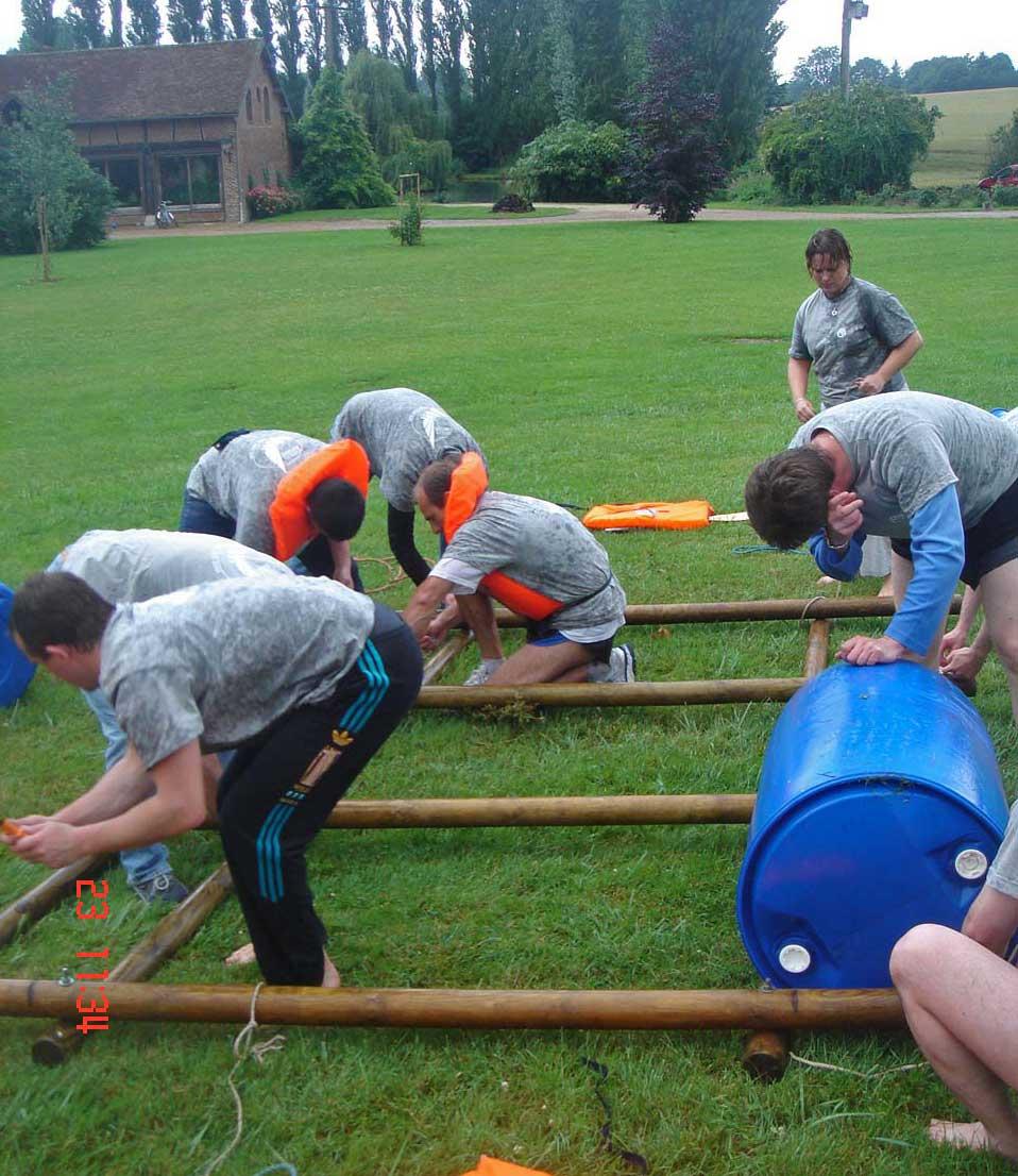 Construction d'un radeau en équipe
