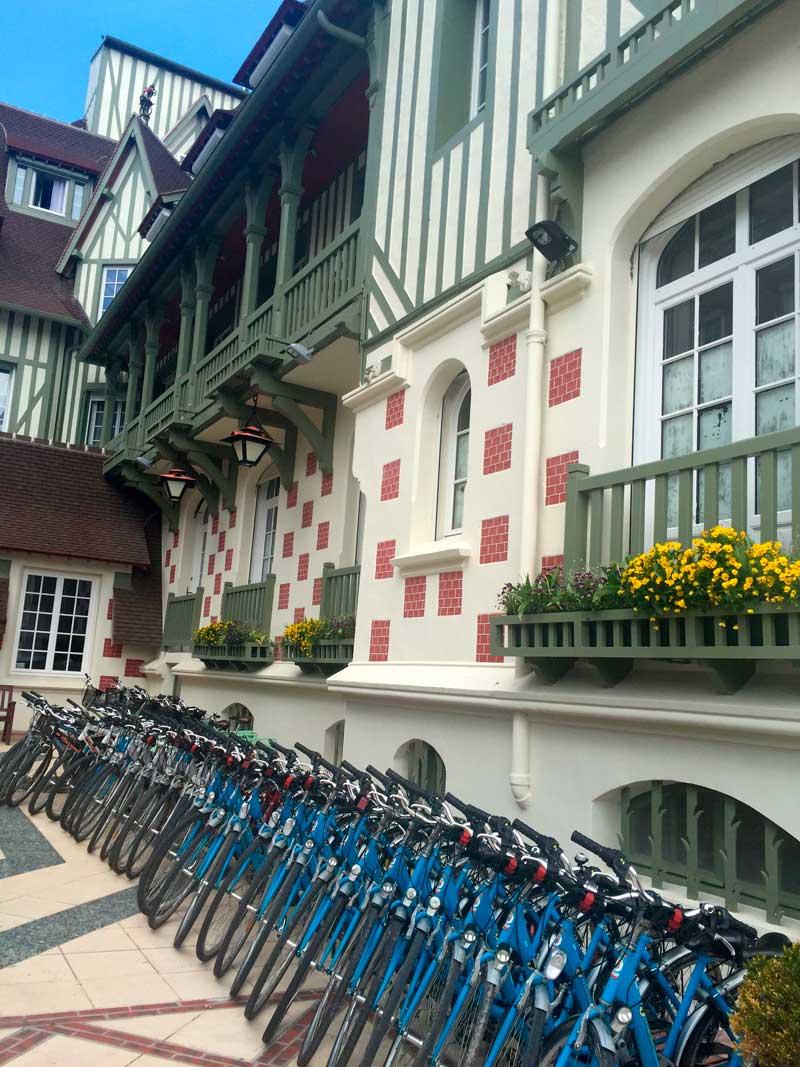Vélos devant le Normandy Barrière à Deauville