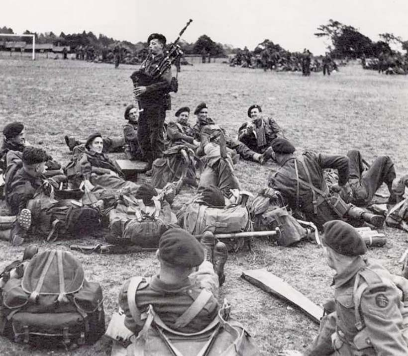Le soldat Bill Millin et sa cornemuse à Sword Beach