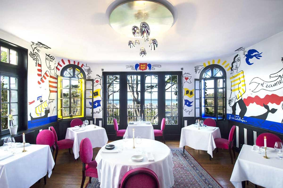 Salle à manger Hôtel Le Donjon - Domaine Saint Clair, décorée par Jean-Charles de Castelbajac