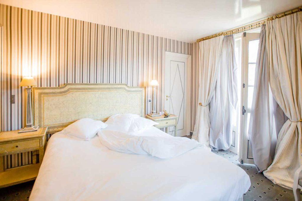 Une chambre de l'Hôtel Le Donjon - Domaine Saint Clair