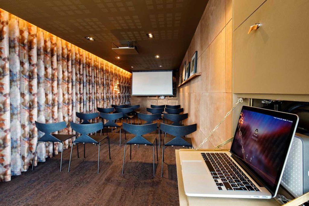 Salle de réunion de L'Odas en configuration théâtre