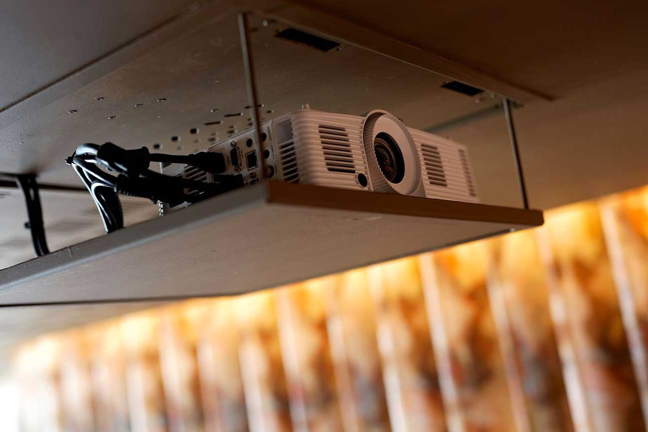 Salle de réunion de L'Odas avec videoprojecteur au plafond