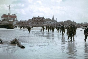 Soldats canadiens débarquant à Juno Beach