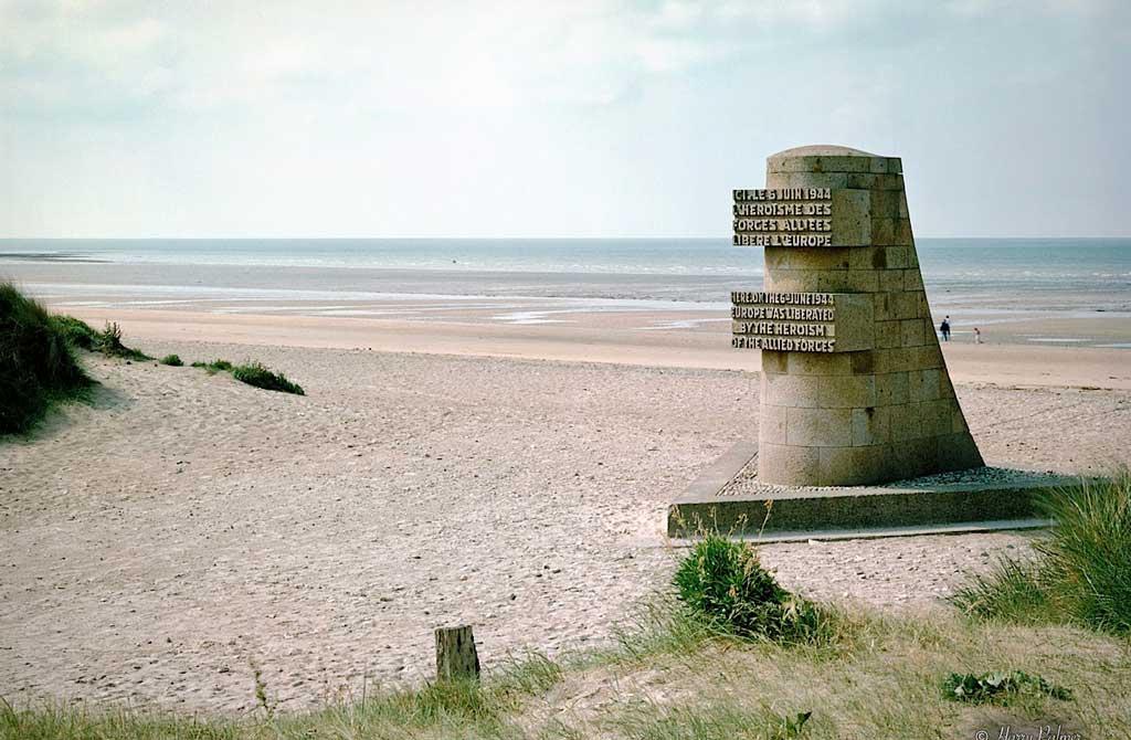 Ici le 6 juin 1944 l'héroïsme des forces alliées libère l'Europe. Monument signal qui marque la plage Juno Beach et rend hommage aux alliés qui se sont battus pour libérer l'Europe du joug nazi.