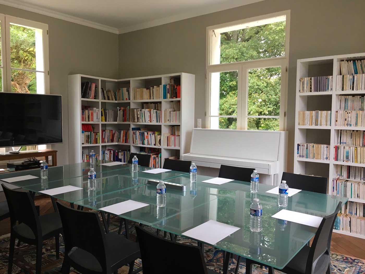 La bibliothèque salle de réunion du Château d'Amécourt