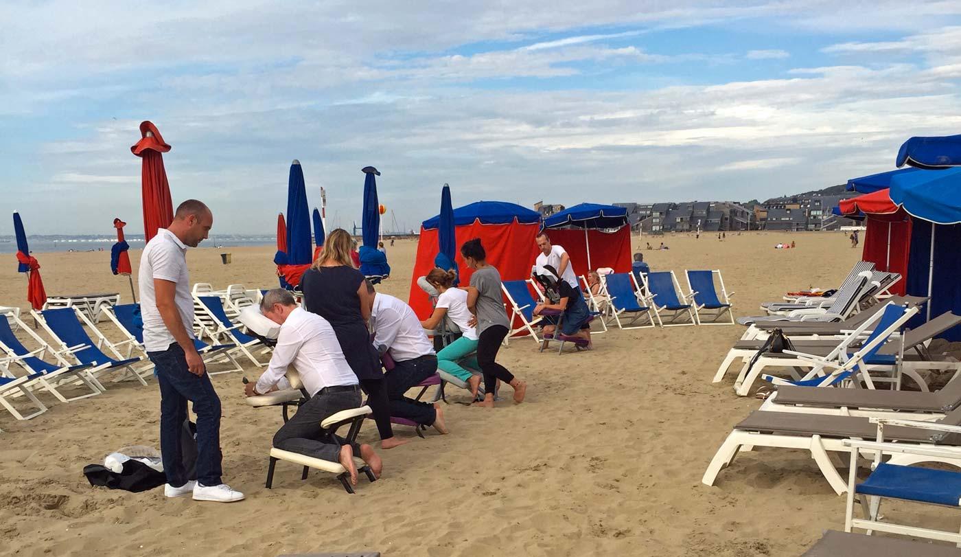 Un massage Amma sur la plage de Deauville, source de bien-être