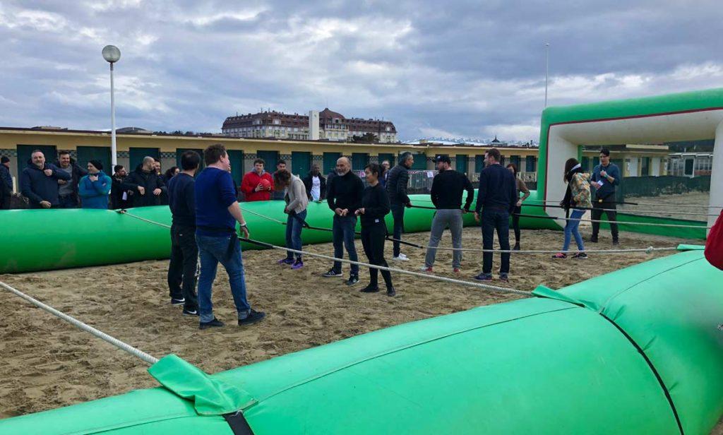 Le babyfoot humain, un jeu plage pour vos team building