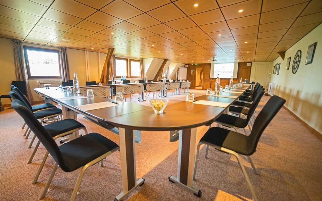 Salle de réunion Un homme aux Manoirs de Tourgéville pour votre Journée d'étude en Normandie