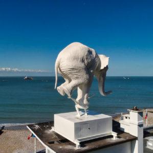 L'éléphant de Fabien Mérelle est installé sur le toit du palais des régates, à Sainte-Adresse, à l'occasion d'Un Eté au Havre