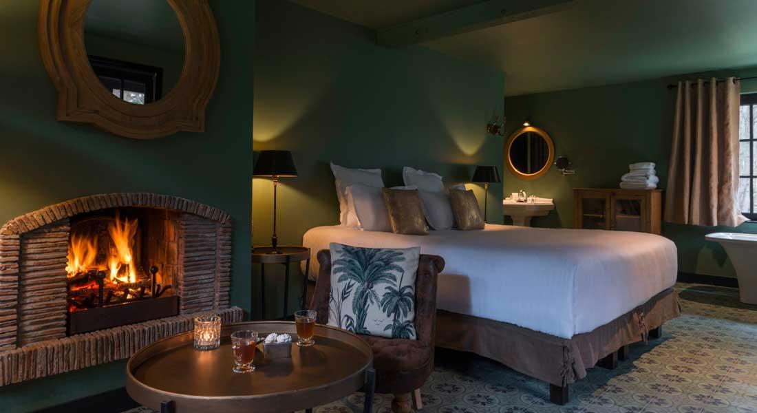 Une chambre de l'Hôtel Spa Les Pins de César